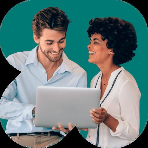 Homem e mulher olhando para um notebook
