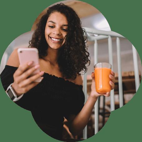 Cliente acessando app do Inter e tomando suco