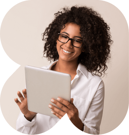 Uma mulher sorrindo olhando para seu tablet