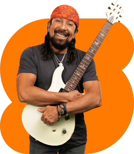 Artista Bell Marques abraçando sua guitarra