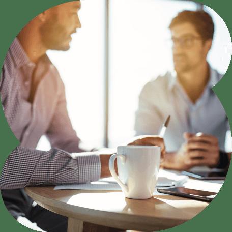 Dois executivos tomando café