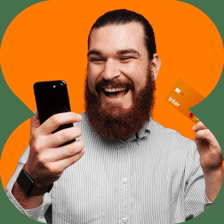 Um rapaz sorrindo olhando ao celular